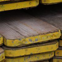 Origineel gebruikte steigerplanken met cementwaas